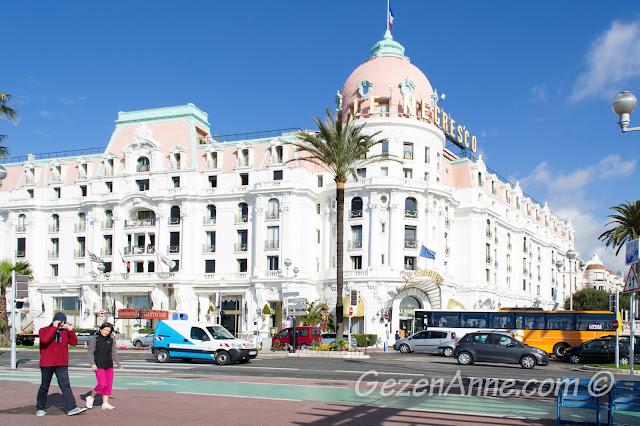 Promenade des Anglais yürüyüş yolundan Le Negresco manzarası, Nice