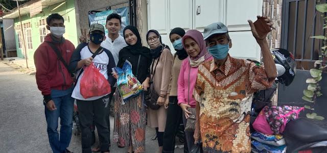 Di Tengah Pandemi Covid-19, Mahasiswi Bekasi Bagikan Beras dan Takjil di Harapan Indah