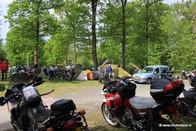 Zaterdag 14 mei 2016:Overzichtje van het terrein dat we hadden bij de camping. Met de tentjes en motoren van de leden die er die dag al waren.