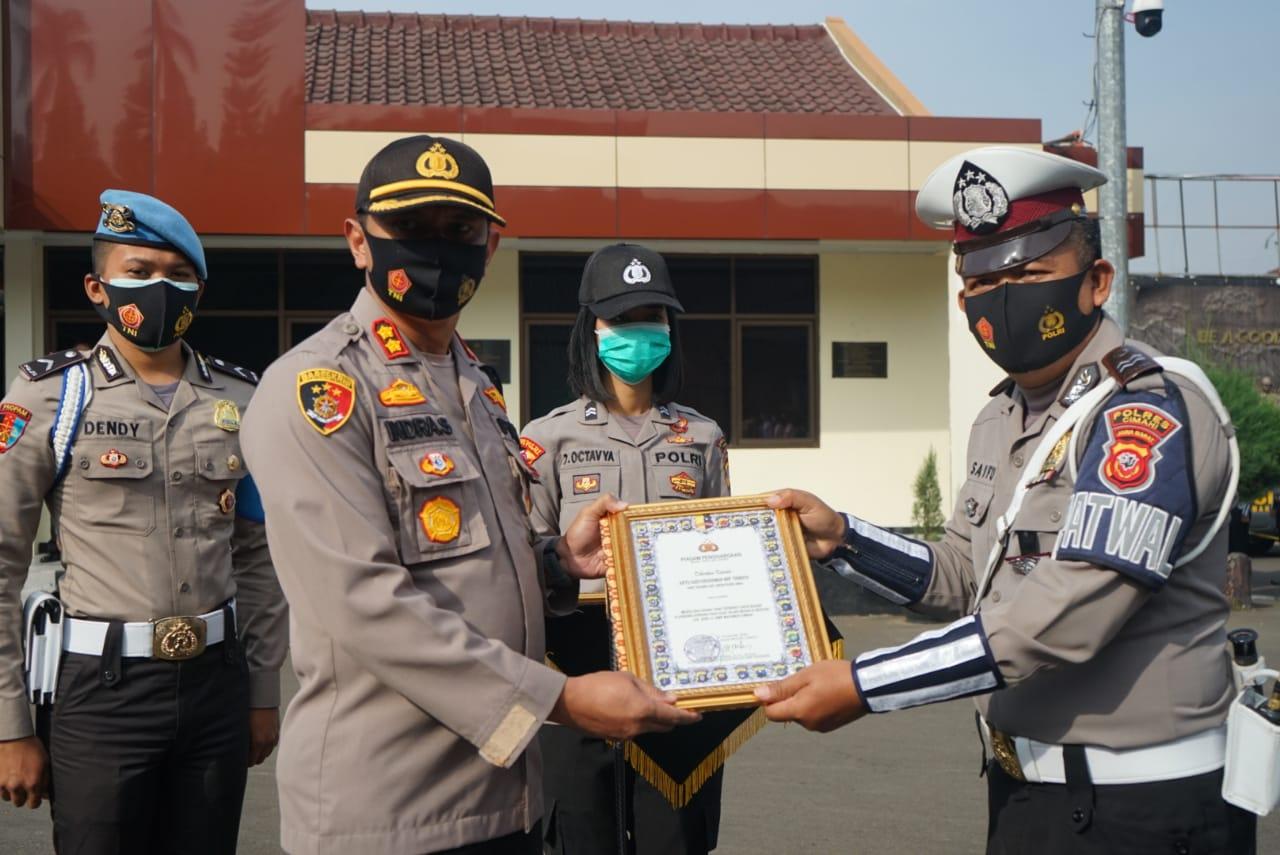 Polres Cimahi Polda Jabar Berikan Penghargaan Kepada Anggota Yang Berprestasi