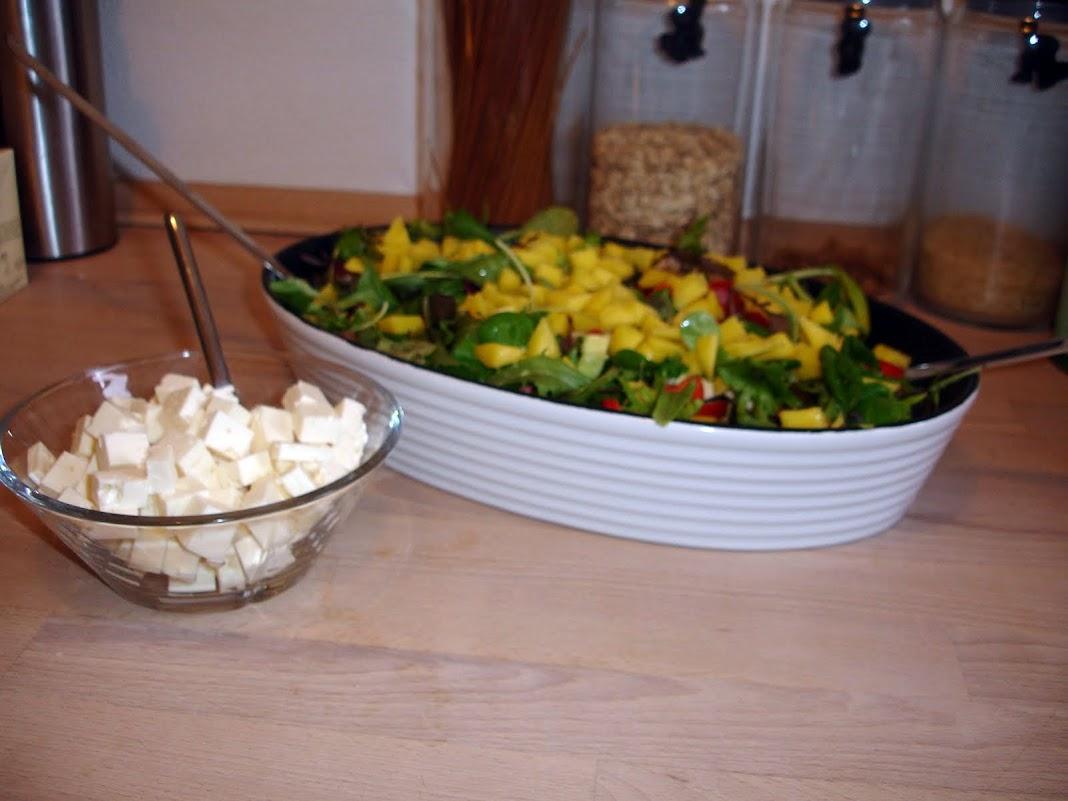 Lækker grøn salat med feta og mango