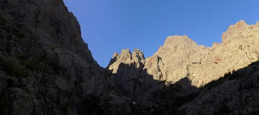 Sur la vire oblique rejoignant le couloir de Serra Pianella : le cirque de Tondu et Bocca di I Mori