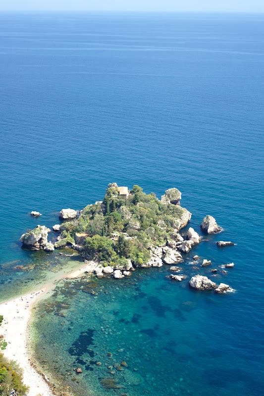 L'Isola Bella si apele albastre ale Mediteranei.