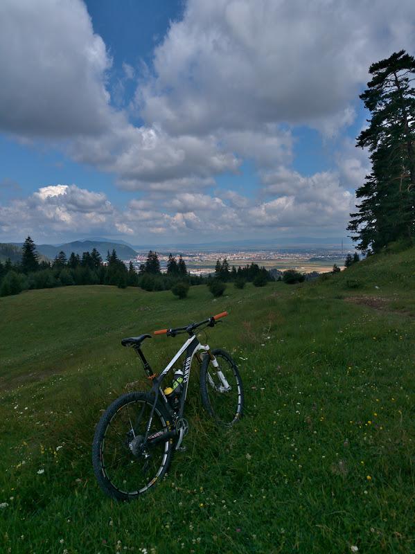 Deasupra Brasovului, spre Valea Azugii cu un incredibil vant din spate.