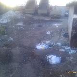 Слева саженцы, посаженные у ручья волонтерами,  -  далее территория захваченная ГСК 112 для стоянки самосвалов и сваливания мусора.