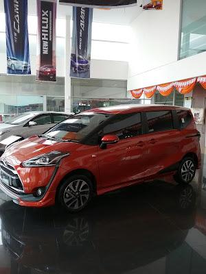 Toyota Sienta nampak Samping