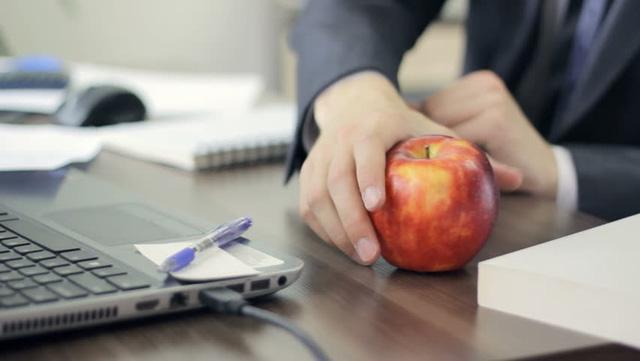 Để một quả táo gần bạn thay vì bánh kẹo