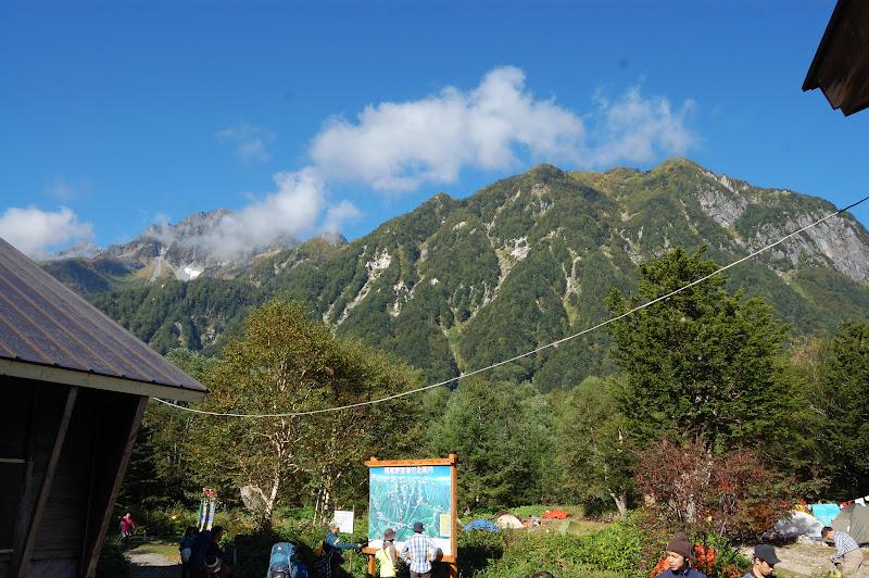 横尾、屏風岩、雲間に前穂高岳