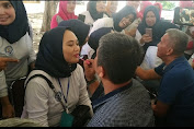 Meriah! Anggota Dewan DPRD Wajo Make Up Istri di Hari Ibu