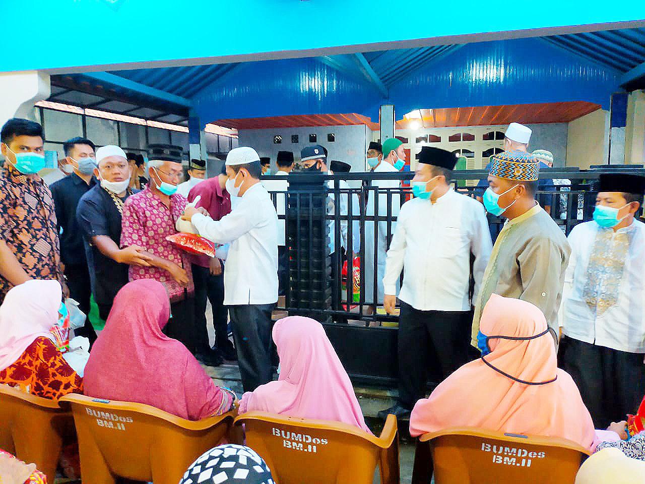 Wakil Bupati Muratara H. Inayatullah bagikan sembako di rawas ilir