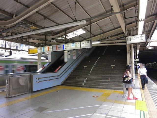 常盤軒が下に入る、品川駅の大崎渋谷側階段