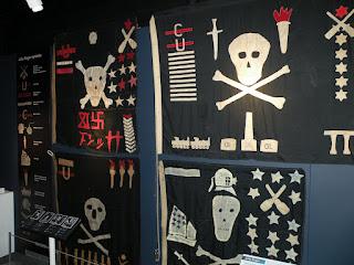 Госпорт. Музей Подводных Лодок. Флаги Веселого Роджера британских подлодок.