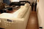 offerta divano a prezzo occasione modello Annabella in pelle, particolare tasca portariviste, il divano è rifinito sul retro per centro stanza