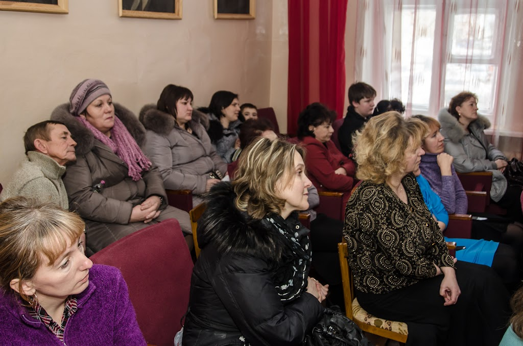 Зал в школе искусств небольшой, не вмещает он всех желающих зрителей. Это фото сделано в самом начале концерта, люди еще подходили