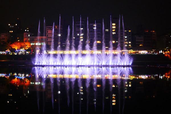 今年碧潭水舞6大精彩必看之全台首見瞬間飛衝的直泉搖身化為仙氣繚繞的水幕。