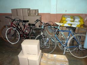 Photo: Les missionnaires religieuses italiennes d'Azové, qui nous hébergent depuis 1987, reçoivent des vélos pour les écoliers, des friperies, des jouets, des machines à coudre etc ainsi que du lait maternisé qui sauvera de nombreux bébés