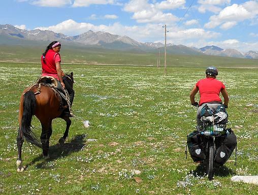 Junge kirgisische Reiterin mit Miri im Kara-Kudzhur-Tal