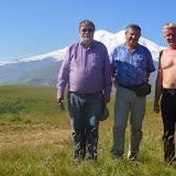 À 2000 m près de Khasaut (Karachaiévo-Tcherkessie) : Jean Michel, Jacques Marquet et Yuri Berezhnoi, devant l'Elbruz. 17 août 2014. Photo : J. Michel