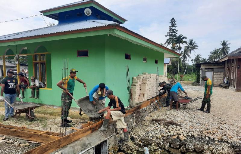 Gotong Royong Bersama Warga, Satgas Yonif MR 413 Bangun Pagar Masjid di Kabupaten Kerom