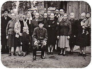 Tämä on kuva Heistosen Simosta, yhdeksän lapsen isästä Oinalan kylästä. Perhe sai nähdä monta muuttoa. Sodan aikana kaikki yhdessä tekivät ahkerasti työtä Bojevik-kolhoosissa Valoshkin piirissä Udmurtiassa.