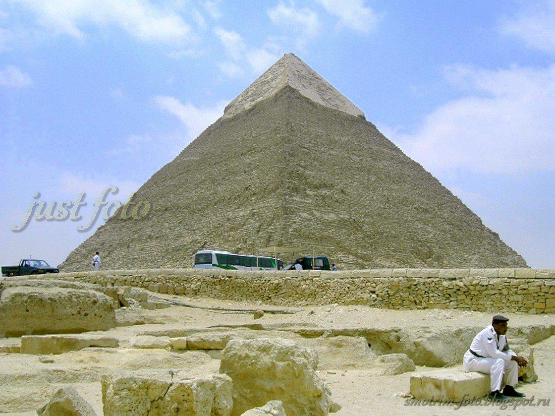 Пирамида Хафры (Хефрена) в Гизе - уставший полицейский