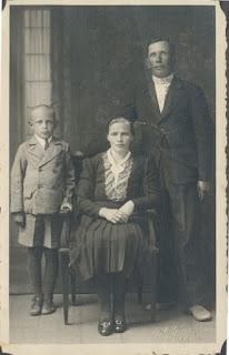 Кретовы:Василий Ефимович, Ефросиния Степановна и Василий(фото из архива И.Г. Фаронова)