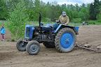 Opět nám na pomoc přišel i náš soused pan Cimbůrek. V pravou chvíli - sami bychom asi sázení trávy do noci nezvládli, hrabání uježděné hlíny nám šlo pomalu.