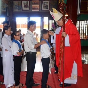 Đức Cha ban Bí tích Thêm Sức tại giáo xứ Hảo Nho