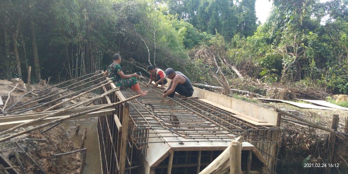 TMMD Ke-110 Kodim 1008/Tanjung Bangunkan Jembatan Penghubung Desa Lok Batu