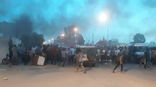 عاجل / بوحجلة : حشود من المواطنين تطوق مركزا أمنيا وتغلق الطرقات بالعجلات المطاطية