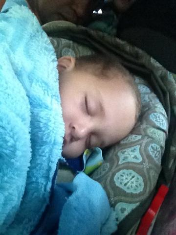 Fabian durmiendo con su sabana azul