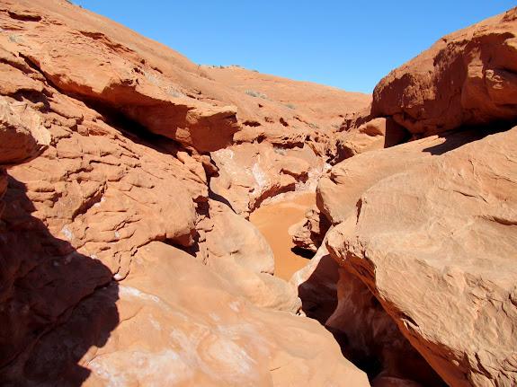 Easy-to-downclimb narrows