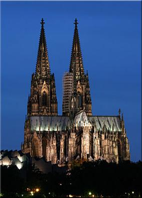 Vista nocturna de la catedral de Colonia