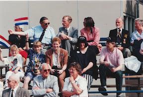 Veteranen en familie op de VIP tribune.