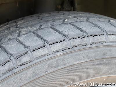 タイヤの回転方向に亀裂が入っている
