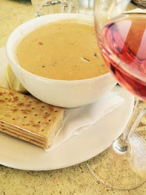 En lys kremet suppe og en rosevin
