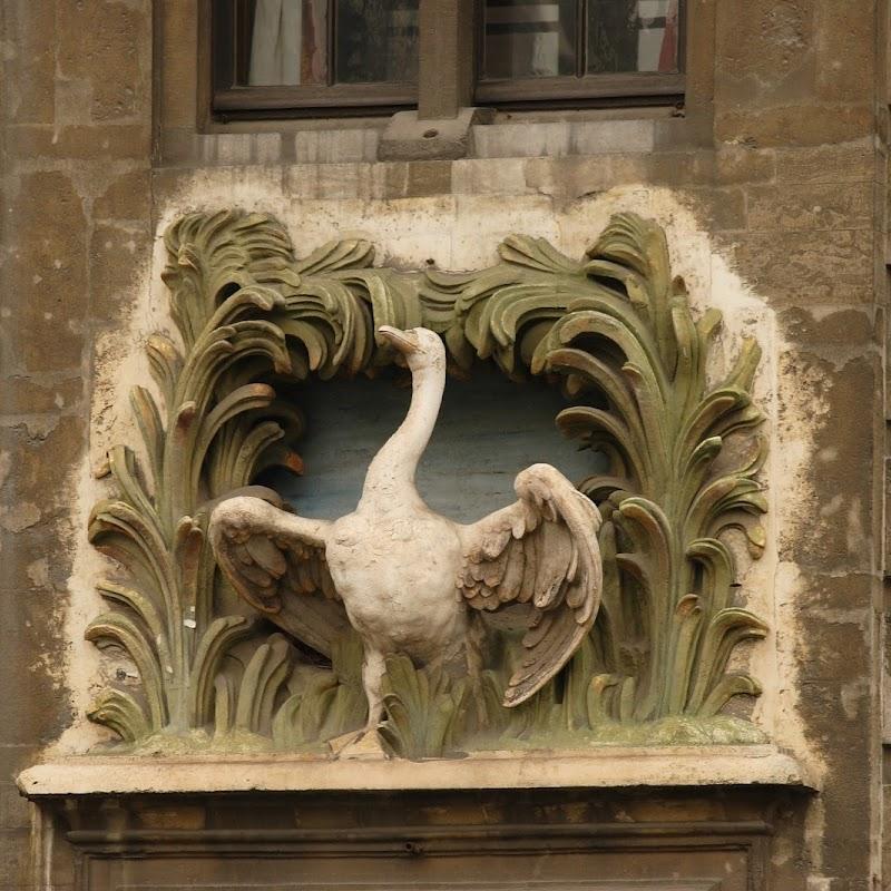 Brussels_128 Grand Place Swan.jpg