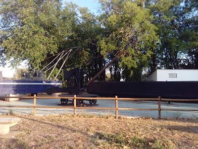Barcaza y gruas en el parque del Bocal
