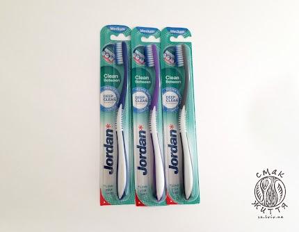 Зубна щітка Jordan Clean Between для чутливих зубів і ясен (середня)