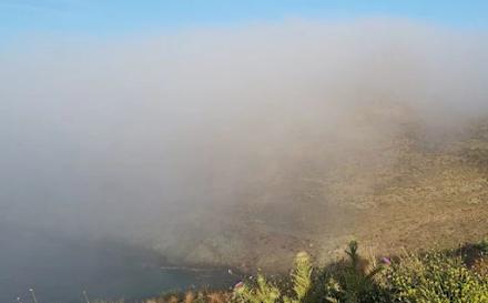 """Ομίχλη καπνού : Το φυσικό φαινόμενο που """"εξαφάνισε"""" την Τήνο και την Μύκονο"""