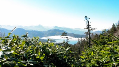 山々の稜線と、いまだ霧が立ちこめる尾瀬沼を見下ろす