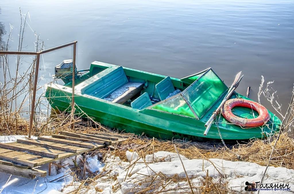 Вот на такой моторной лодке перевозятся пассажиры с одного берега на другой через Упу в Мишнево.