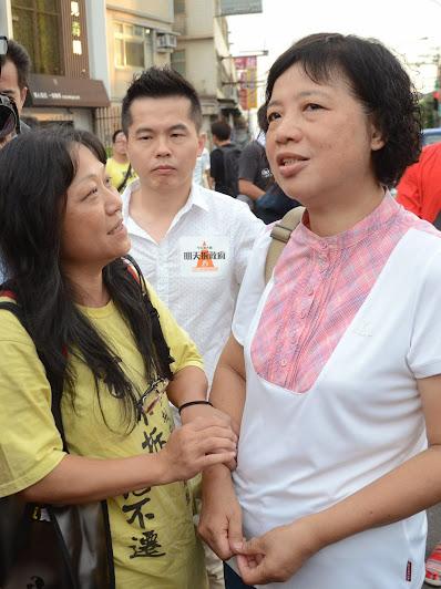 圖為去年7月18日,大埔強拆週年,航空城反迫遷聯盟幹部與秀春姐相互打氣