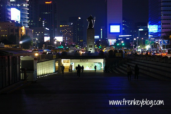 Gwanghwamun Square dengan background patung Admiral Yi Sun-sin