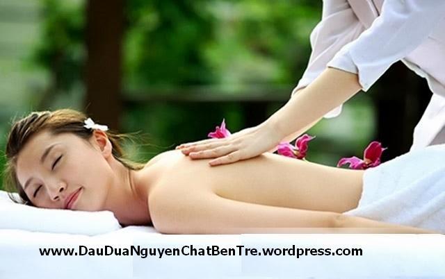 Massage bằng dầu dừa giúp trị mụn trứng cá và dưỡng da làm trắng da tuyệt với nhất