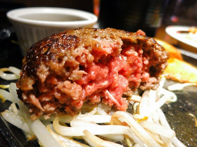 ハンバーグの断面。中は赤身の完全な生肉