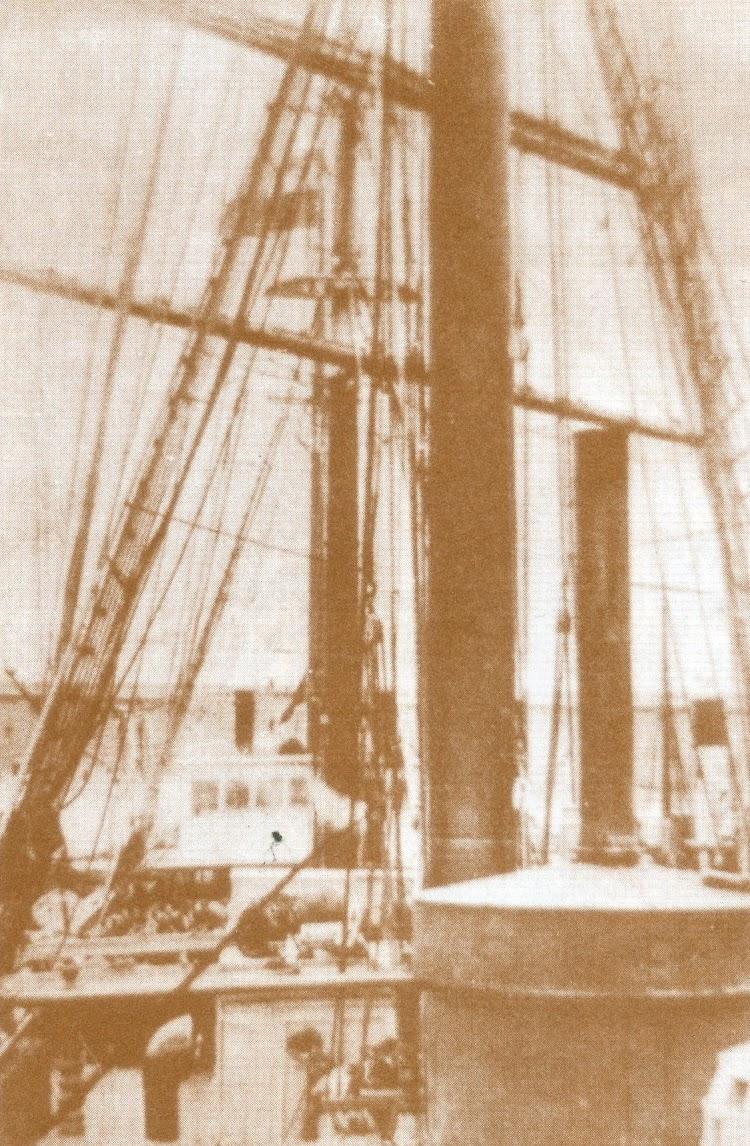 Cubierta de la IBASA con vista de la caldereta y el puente. Del libro El Ultimo Viaje y Otros Relatos Marineros.jpg