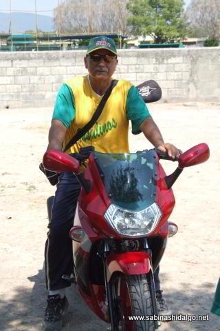 Humberto Vela, pitcher de Insulinos en el softbol de veteranos