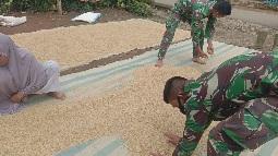 Meski Lelah, Satgas Luangkan Waktu Bantu Warga  Rawat Tanaman Bunga