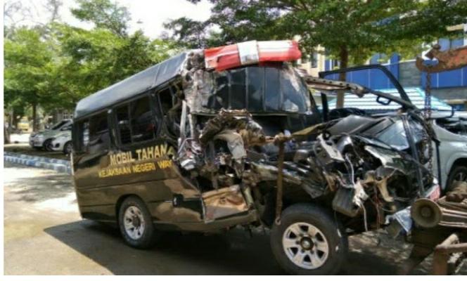 Mobil Minibus Tahanan Kejaksaan Negri Way Kanan Mengalami Lakalantas